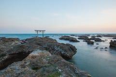 Porta e mar japoneses do santuário na cidade de Oarai, Ibaraki Fotos de Stock Royalty Free