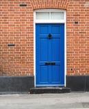 Porta e muratura dipinte blu della Camera Immagini Stock Libere da Diritti