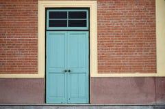Porta e muro di mattoni blu-chiaro Immagine Stock