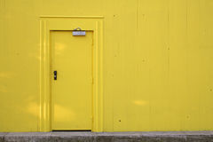 Porta e parede amarelas fotografia de stock