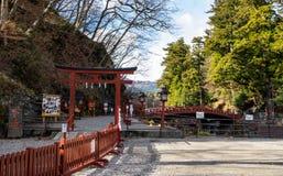 Porta e ponte vermelhas famosas da entrada de Shinkyo em Nikko Foto de Stock Royalty Free