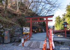 Porta e ponte vermelhas famosas da entrada de Shinkyo em Nikko, Japão Imagens de Stock