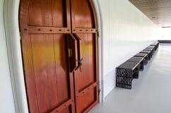Porta e sedia di legno Immagine Stock