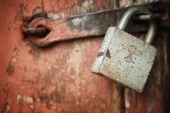 Porta e serratura a chiave di legno Fotografia Stock Libera da Diritti