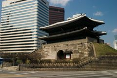Porta e skyline antigas da cidade Imagens de Stock Royalty Free