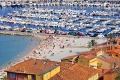 Porta e spiaggia di Menton in Francia Fotografia Stock Libera da Diritti