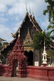 Porta e templo da entrada em Wat Phan Tao fotos de stock royalty free