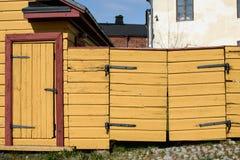 Porta e wicket de madeira amarelos foto de stock royalty free