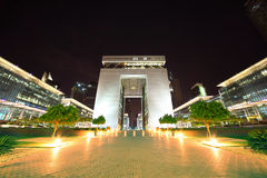 A porta - edifício principal do centro financeiro de Dubai Fotos de Stock Royalty Free