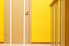 Porta em um escritório, em uma parede amarela e em uma recepção Imagens de Stock Royalty Free