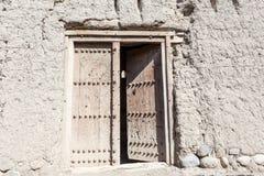 Porta em uma ruína de uma vila omanense velha fotografia de stock