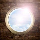 porta en la pared de madera con la opinión del cielo Foto de archivo