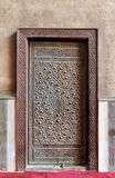 Porta envelhecida de madeira fechado com testes padrões geométricos bronzeados ornamentado Imagem de Stock Royalty Free