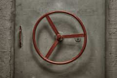 Porta ermetica chiusa di vecchio bunker sovietico fotografia stock