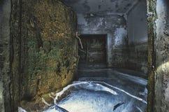 Porta ermetica protettiva arrugginita, in un riparo sommerso abbandonato, in ghiaccio immagini stock