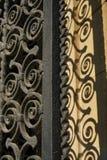 Porta espiralada dos trilhos do ferro forjado com sombra Imagem de Stock Royalty Free