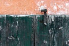 Porta fatta dei pannelli di legno in una casa rurale, Italia immagini stock libere da diritti