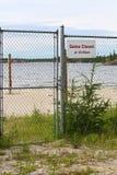 A porta fecha-se no sinal do pm do 10:30 em uma praia Fotos de Stock Royalty Free
