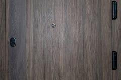 Porta fechada Close up de madeira da porta do marrom escuro Design de interiores moderno, puxador da porta Conceito da casa nova  imagem de stock royalty free