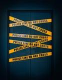 A porta fechado da cena do crime com linha de polícia amarela do texto das listras não se cruza Foto de Stock