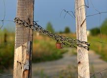 Porta fechado de madeira e do fio fechado pelo cadeado Fotografia de Stock Royalty Free