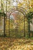 Porta fechado do ferro no parque do outono verticalmente Fotografia de Stock