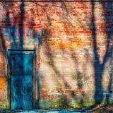 Porta fechado em uma parede de tijolo velha Fotografia de Stock Royalty Free