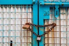 Porta fechado oxidada metálica imagem de stock