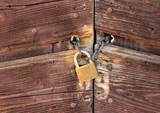 Porta fechado oxidada velha Fotografia de Stock