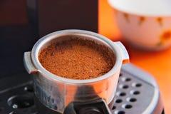 Porta-Filter mit dem frischen gemahlenen Kaffee bereit, in der Espressomaschine zu brauen stockfotografie