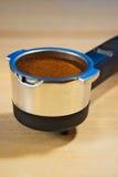 Porta-Filter mit dem frischen gemahlenen Kaffee bereit, in der Espressomaschine zu brauen stockbilder
