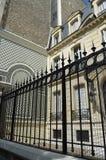 Porta fora da casa em Paris, França Imagens de Stock