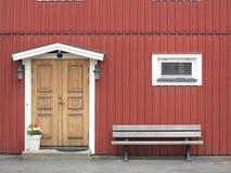 Porta gialla di legno in costruzione colorata rosso Fotografie Stock