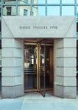 Porta giratória de vidro em uma construção da cidade fotografia de stock royalty free