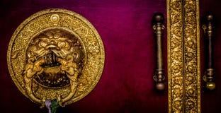 A porta grande no templo dourado Imagens de Stock