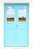 Porta grega do estilo com país da natureza Imagens de Stock Royalty Free