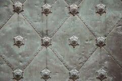 Porta grigia antica del metallo immagini stock