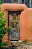 Porta intarsiata incrocio in parete di Adobe Fotografia Stock Libera da Diritti