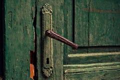 Porta invecchiata vecchio verde Fotografie Stock Libere da Diritti