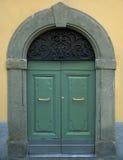Porta italiana de madeira tradicional com frame de pedra imagem de stock royalty free