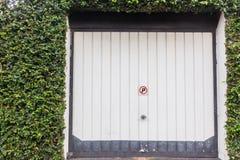 Porta Ivy Flora del garage Fotografia Stock Libera da Diritti