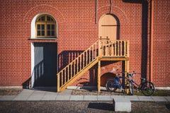Porta, janela com arco e escadas fotos de stock