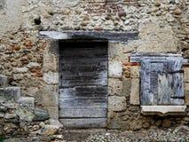 Porta & janela da casa velha de Perouge - França fotos de stock royalty free