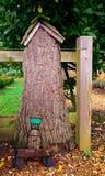 Porta leggiadramente in casa sull'albero fotografie stock libere da diritti