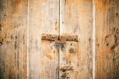 Porta Locked Cadeado oxidado velho fechado em uma porta de madeira afligida foto de stock