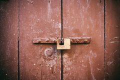 Porta Locked Cadeado oxidado velho fechado em uma porta de madeira marrom velha fotografia de stock royalty free