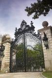 Porta luxuosa às mansões douradas da idade: Os disjuntores imagem de stock