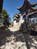 Porta magnifica del tempio nel Yunnan fotografia stock libera da diritti