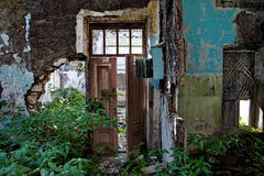Porta marcia nella stanza rovinata di una costruzione abbandonata Fotografia Stock