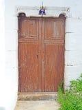 Porta marrom rústica em Fuerteventura com dobradiças Foto de Stock Royalty Free